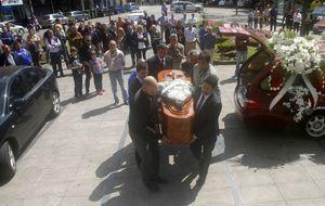 Multitud de vítores y aplausos para dar el último adiós a Yago Lamela
