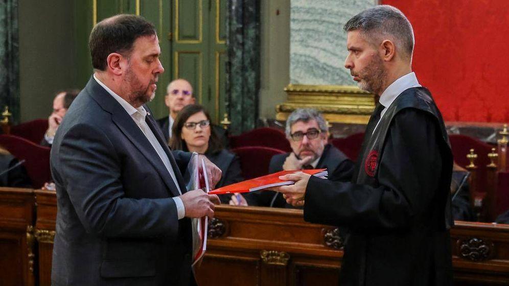 Foto: Oriol Junqueras intercambia documentación con su abogado Andreu Van Den Eynde. (EFE)
