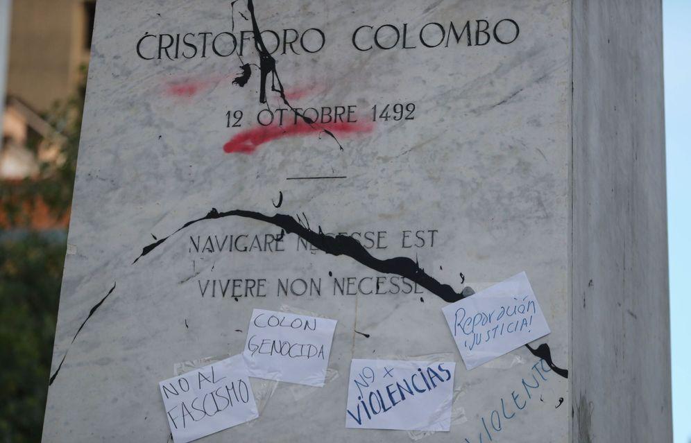 Foto: Una estatua de Colón en Bolivia, con carteles que piden su retirada. (EFE)