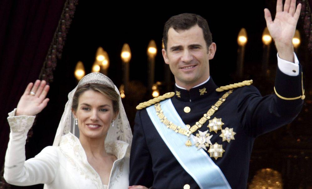 Foto: Los reyes Letizia y Felipe, el día de su boda saludando desde el Palacio Real. (Getty)