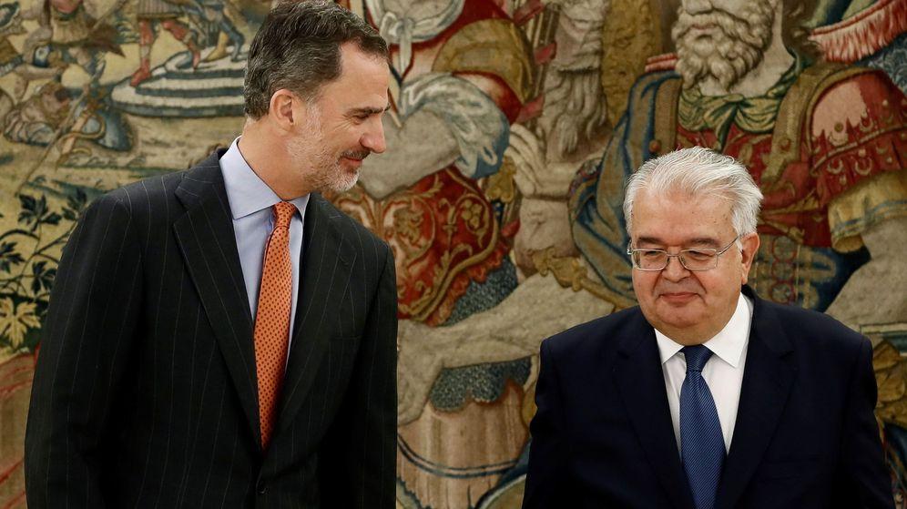 Foto: El Rey Felipe VI saluda al presidente del Tribunal Constitucional. (EFE)