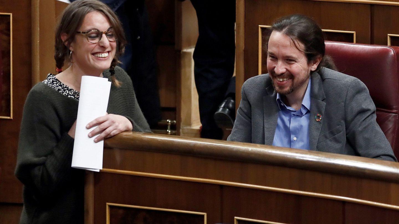 La diputada de la CUP Mireia Vehí bromea con el líder de Unidas Podemos, Pablo Iglesias. (EFE)
