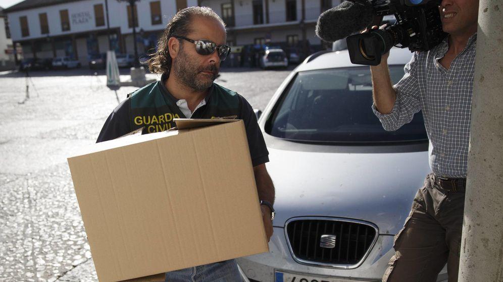 Foto: Guardias civiles registrando un ayuntamiento madrileño cuando se destapó el caso. (Reuters)