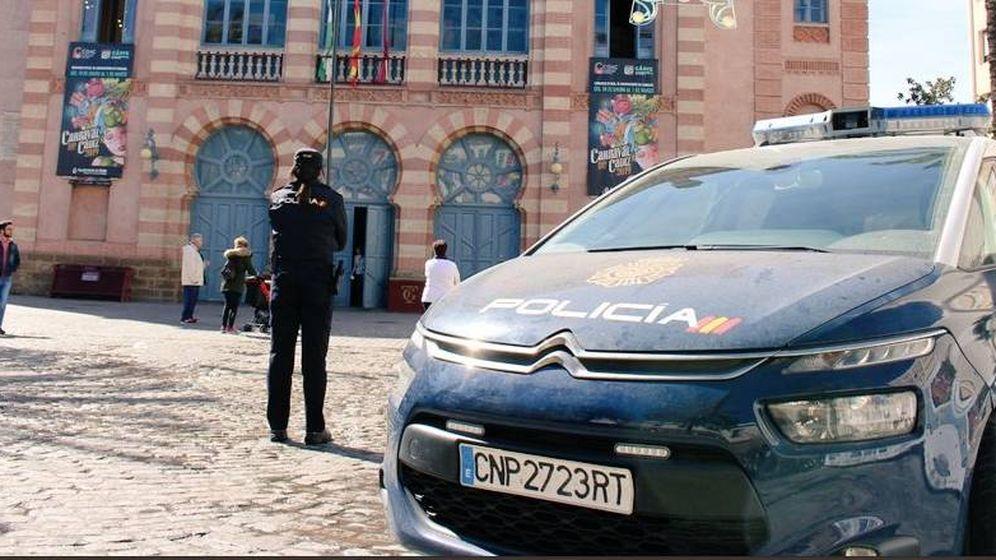 Foto: Agente de la Policía Local de Cádiz durante los carnavales (Policía de Andalucía)