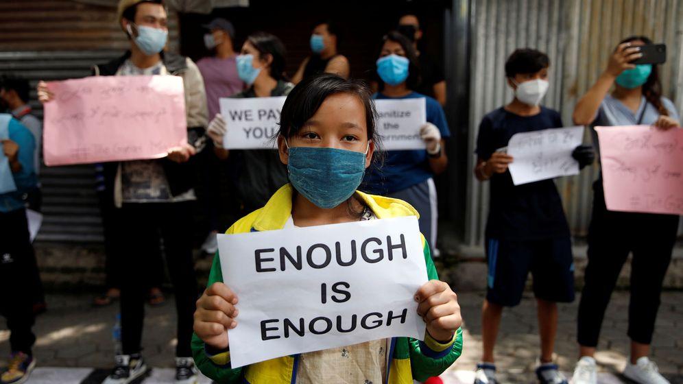 Foto: Una protesta contra la gestión del coronavirus cerca de la casa del primer ministro de Nepal. (Reuters)