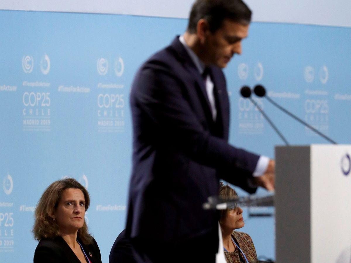 Foto: Foto de archivo de la ministra española para la Transición Ecológica, Teresa Ribera (i), que escucha la intervención del presidente del Gobierno español, Pedro Sánchez, el pasado mes de diciembre. (EFE)