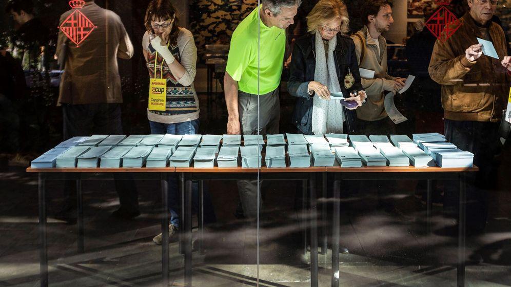 Foto: Varios ciudadanos escogen sus papeletas en el Centro Cívico Pere Pruna de Barcelona. (EFE)