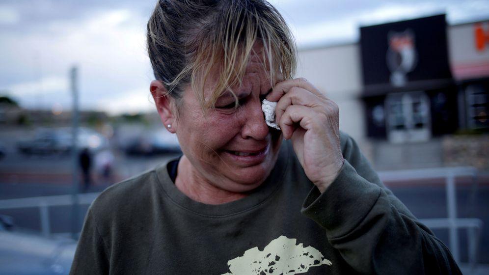 Foto: Una mujer, tras el tiroteo masivo en el Walmart de El Paso. (Reuters)