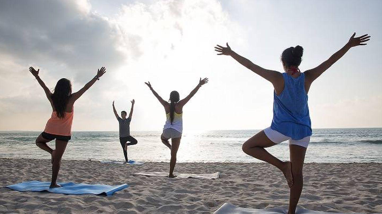 Saludo al sol en la playa. (Cortesía Hotel Valentin Imperial Riviera Maya)