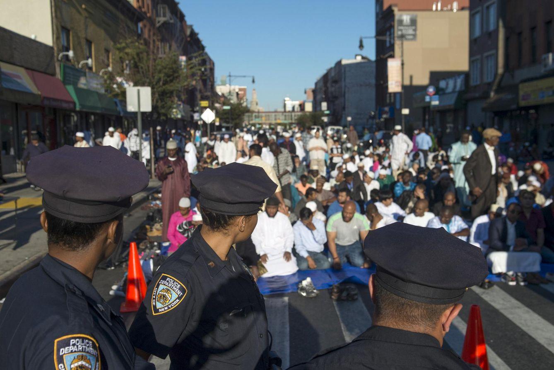 Foto: Agentes de la policía de Nueva York observan a musulmanes durante el rezo ante la mezquita Masjid At-Taqwa, en Brooklyn. (Reuters)