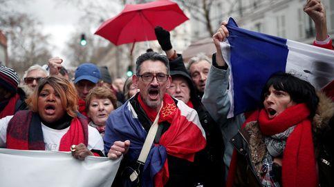 En defensa del sistema: 10.000 'pañuelos rojos' marchan en París contra los 'chalecos'