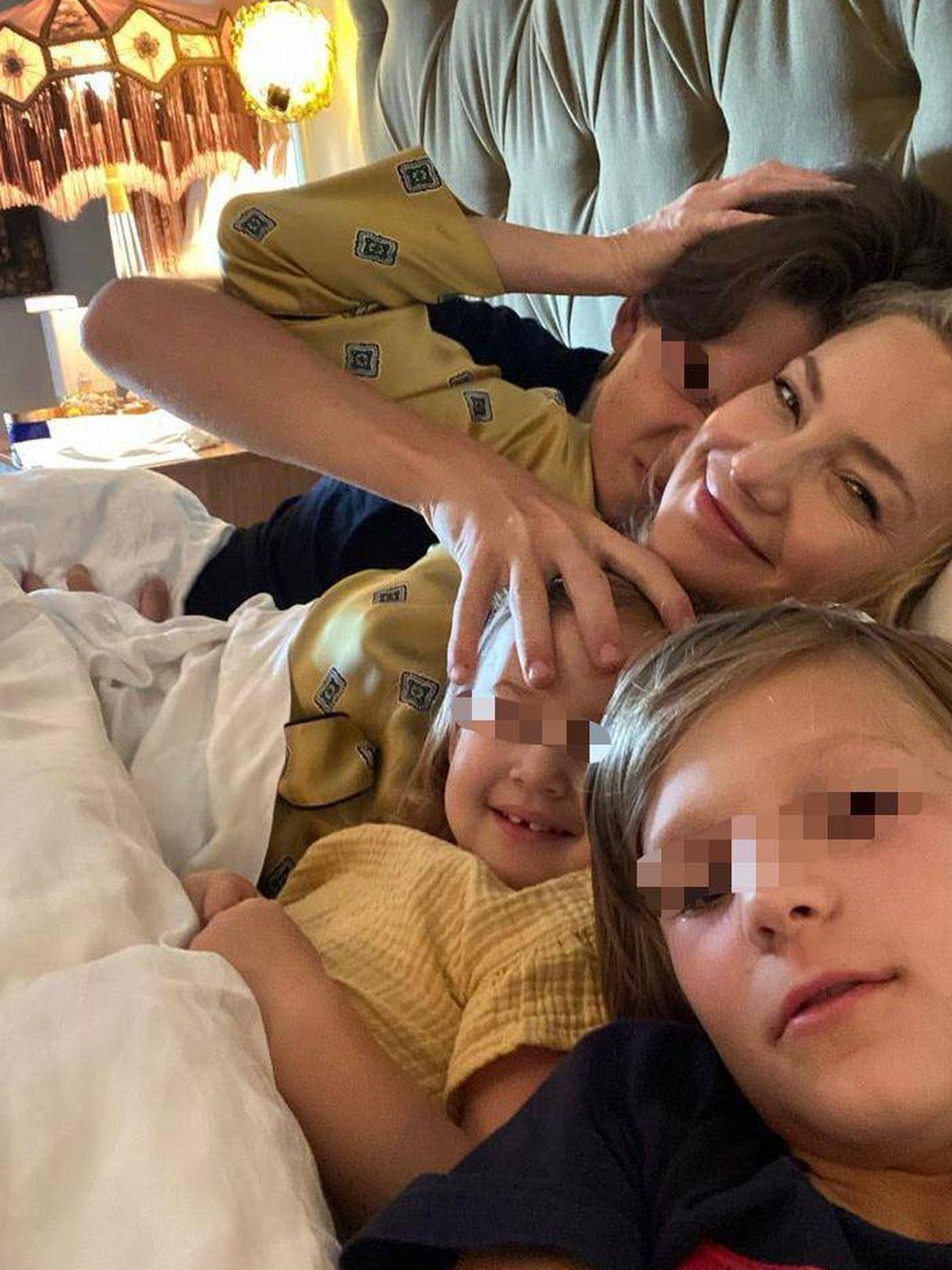 Kate Hudson y sus retoños en la cama. (Instagram @katehudson)