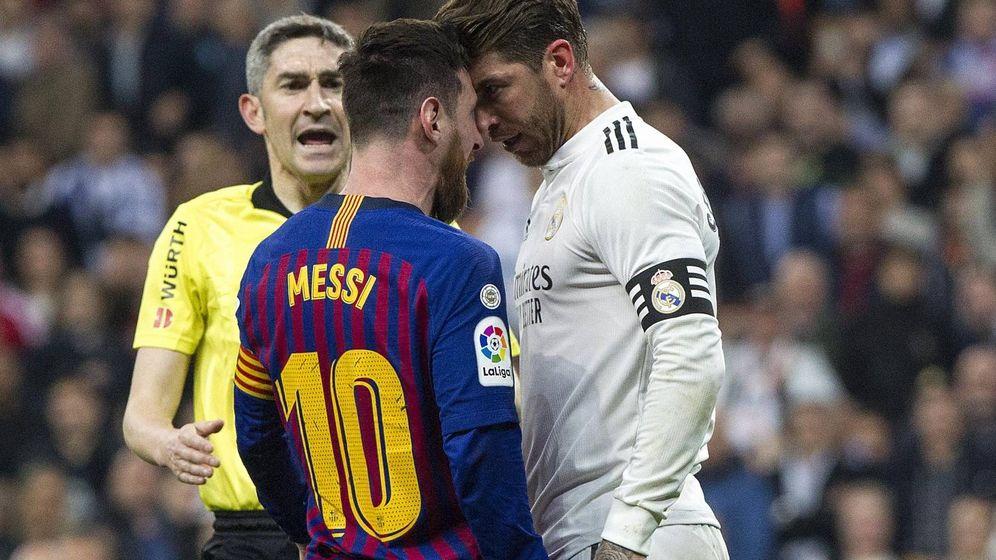 Foto: Leo Messi y Sergio Ramos se encaran, con Undiano Mallenco al fondo. (Foto: Miguel J. Berrocal)