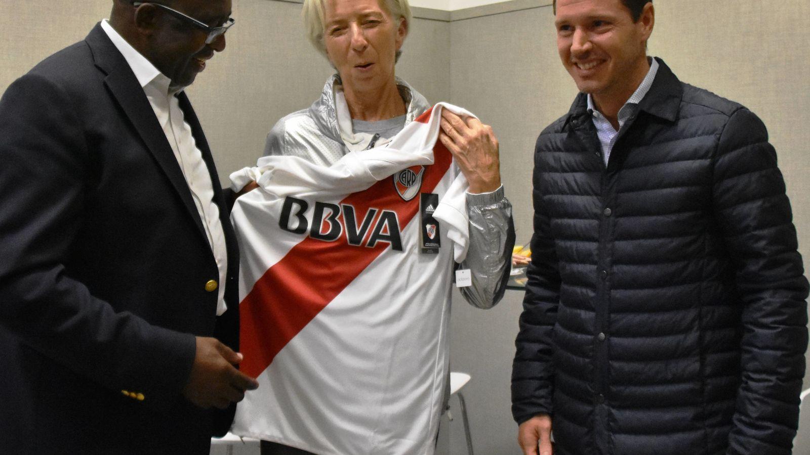 Foto: La directora gerente del FMI, Christine Lagarde, con la camiseta del River Plate. (EFE)