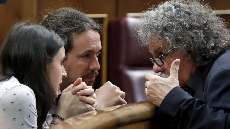 El secretario general de Podemos, Pablo Iglesias, y su portavoz parlamentaria, Irene Montero, charlan con el republicano Joan Tardà en el arranque del pleno del Congreso de este 29 de mayo. (EFE)