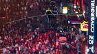 Dos hermanos equilibristas cruzan Times Square por un cable a 25 pisos de altura