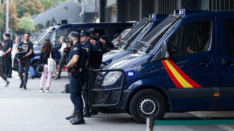 Agentes del la Policía Nacional custodian la Estación de Sants de Barcelona. (EFE)