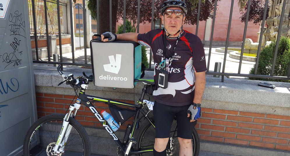 Foto: Ramón Martín, un repartidor de Deliveroo, haciendo su paquete de horas