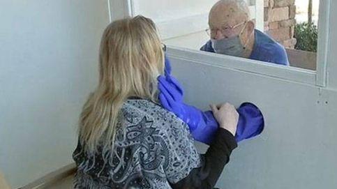 Los Boy Scouts crean cabinas de abrazos para una residencia de ancianos