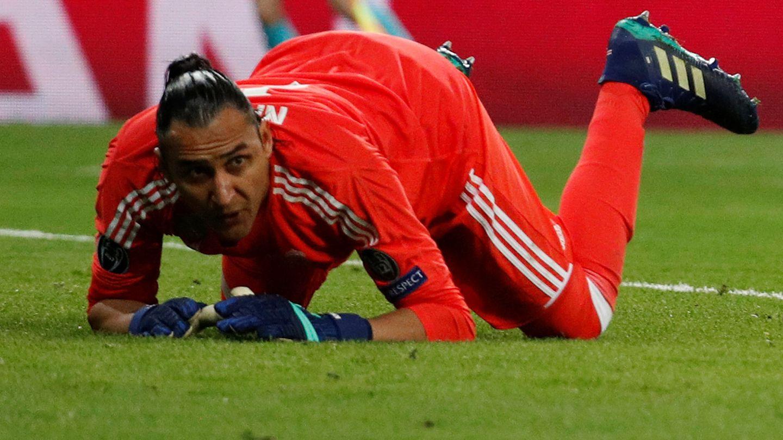 Keylor Navas mira cómo se le escapa el balón en el tercer gol de la Juventus. (Reuters)