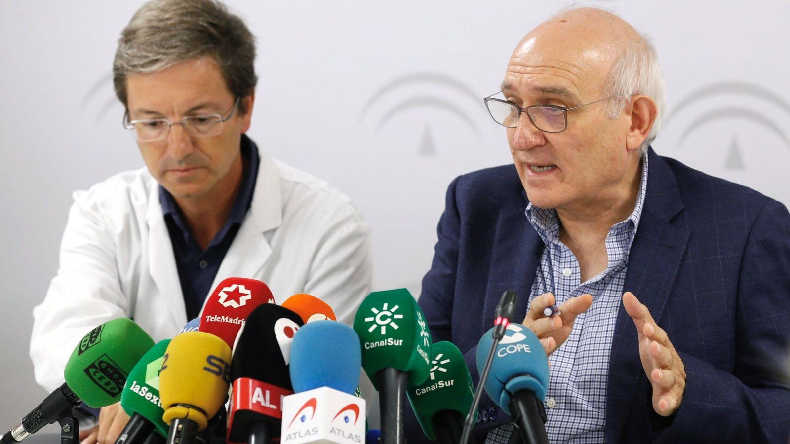 Foto: El subdirector de Protección de la Salud de la Junta de Andalucía, Jesús Peinado (d) , acompañado del portavoz de la Junta para este brote de listerioris, el doctor José Miguel Cisneros. (EFE)