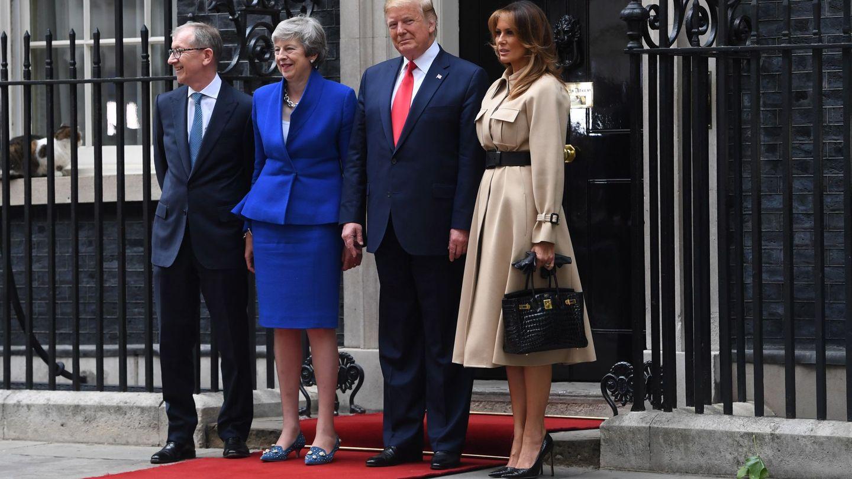 Melania, con su bolso de 45.000 euros, junto al matrimonio May y su marido. (Reuters)