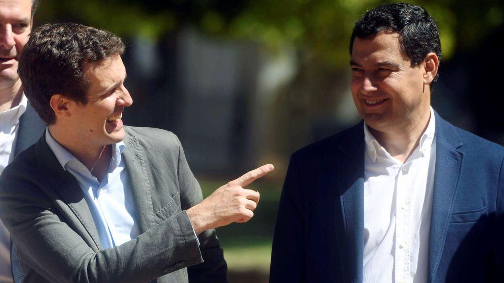 Foto: El presidente del Partido Popular, Pablo Casado, visita Córdoba donde se ha reunido con la junta regional, acompañado del presidente del Partido Popular en Andalucía, Juanma Moreno. (EFE)
