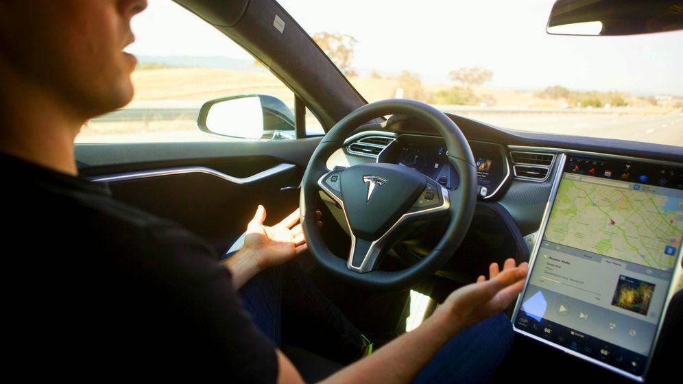 Foto: Un conductor prueba la función de piloto automático en un Tesla Model S. (Foto: Reuters)