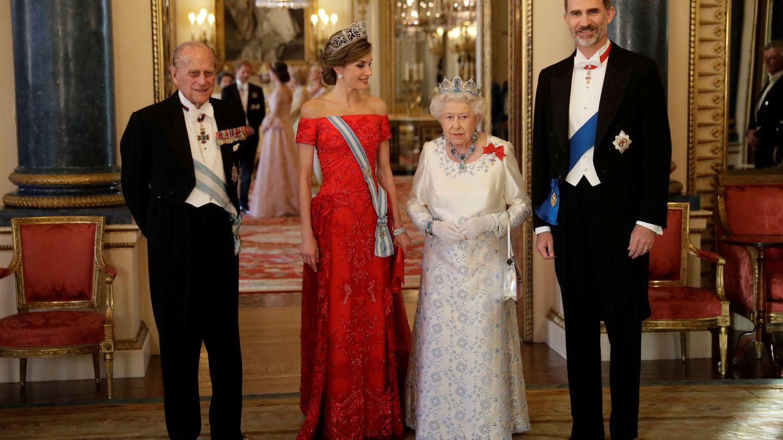 Los Reyes junto a la reina Isabel II y el duque de Edimburgo, en 2017. (Reuters)