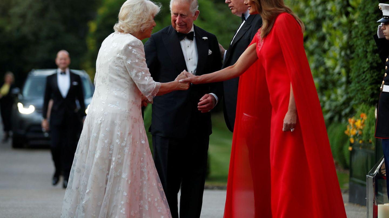Melania saludando a Camilla. (Reuters)