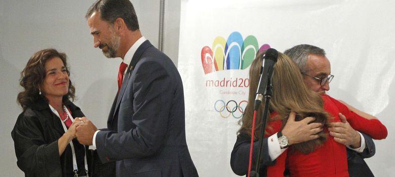 Foto: Ana Botella, el Príncipe Felipe, Alejandro Blanco y Doña Letizia, tras conocer la derrota (Efe)