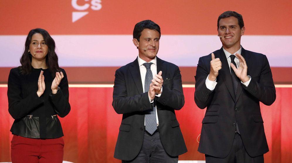 Foto: Fotografía de archivo del presidente de Ciudadanos, Albert Rivera (d) , la líder de la oposición en Cataluña, Inés Arrimadas (i), y el candidato a la alcaldía de Barcelona, Manuel Valls. (EFE)