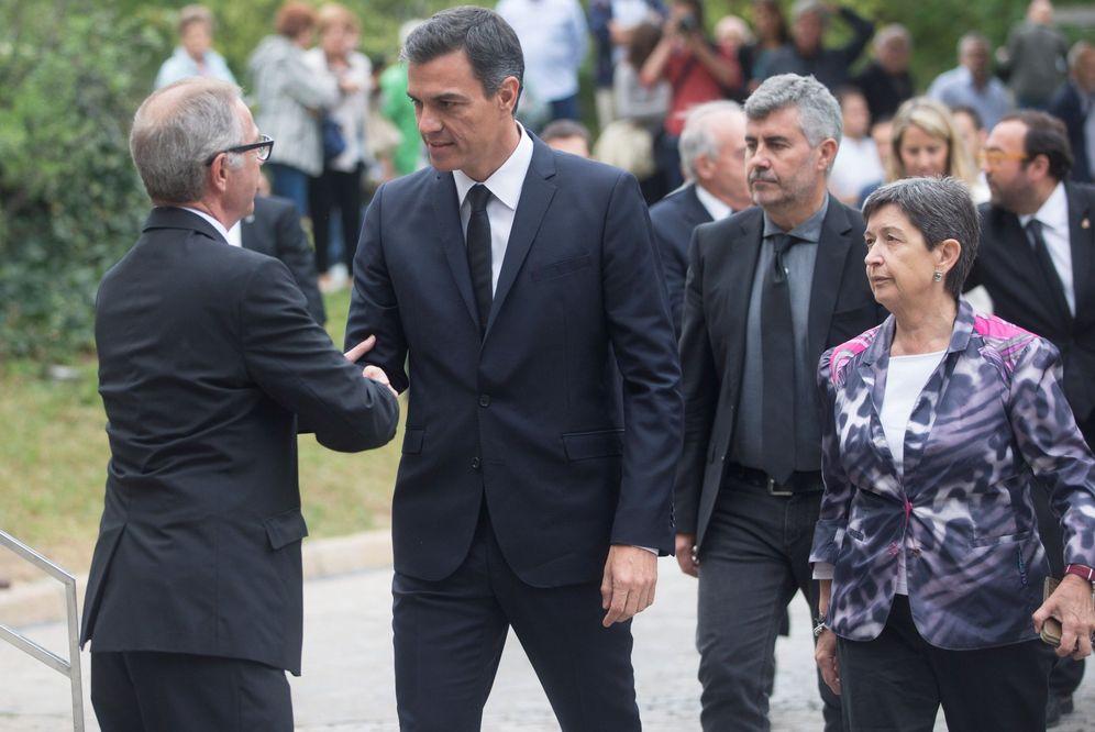 Foto: Pedro Sánchez saluda al ministro de Cultura, José Guirao, a su llegada al funeral de Montserrat Caballé, este 8 de octubre en Barcelona. (EFE)