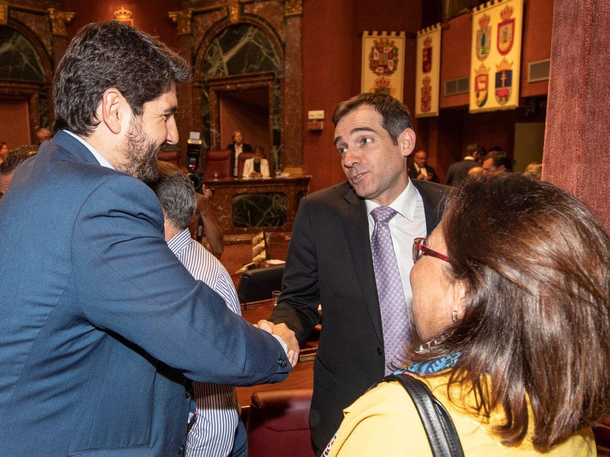 Foto: El presidente de la Región de Murcia, Fernando López Miras (i), saluda al diputado de Vox en la Asamblea regional Juan José Liarte. (EFE)