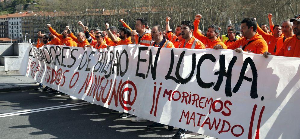 Foto: Los estibadores del puerto de Bilbao salen a la calle. (EFE)