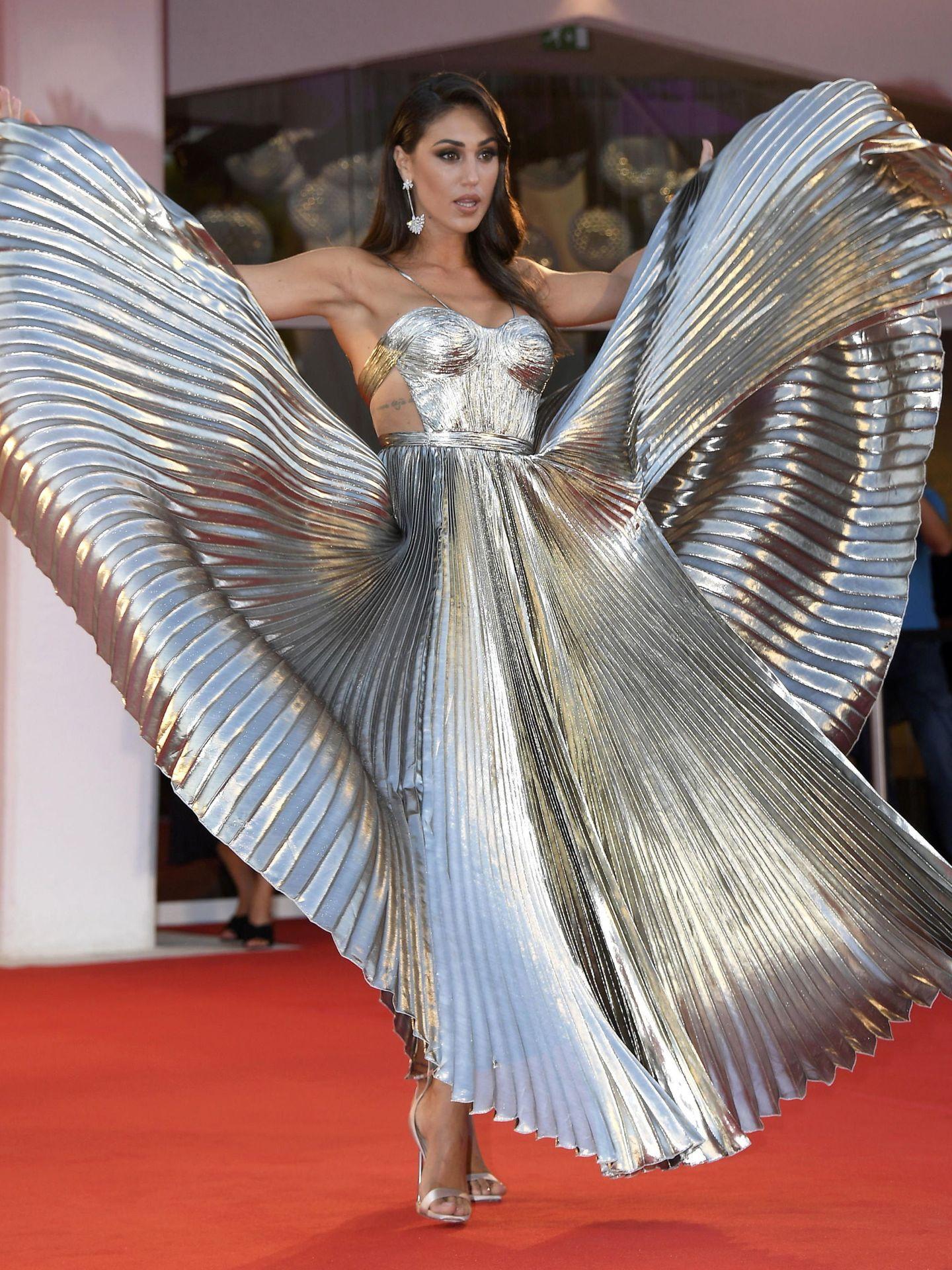La modelo argentina Cecilia Rodríguez, con vestido metalizado de Maria Lucia Hohan en el estreno de 'Padrenostro'. (EFE)