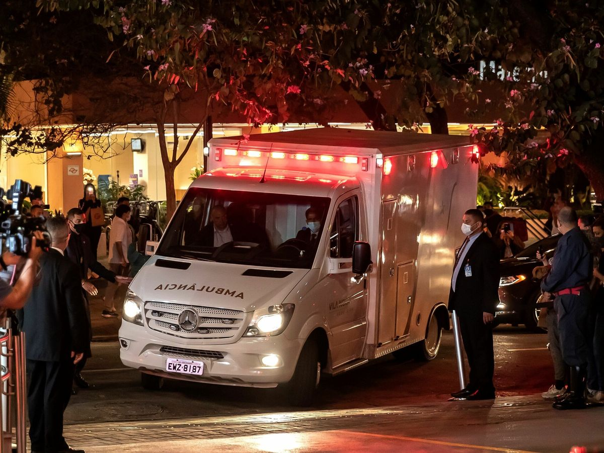 Foto: Una ambulancia traslada al presidente de Brasil, Jair Bolsonaro, en el Hospital Vila Nova Star, en Sao Paulo. (EFE)