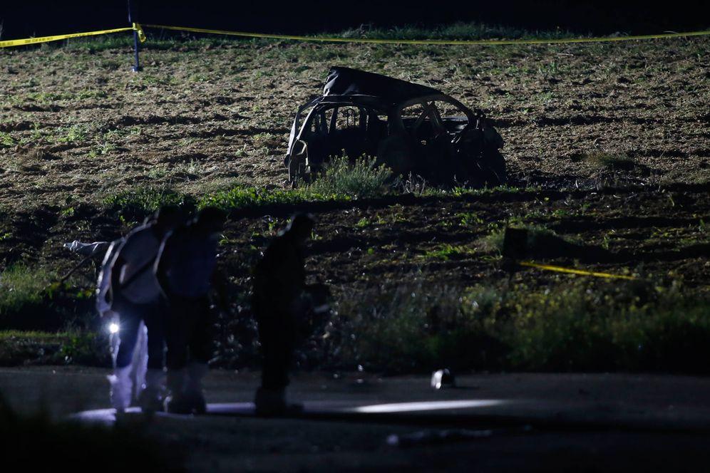 Foto: Forenses buscan pistas cerca del lugar donde fue asesinada Caruana Galizia. (Reuters)