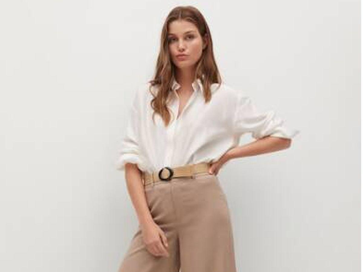 Foto: Look rebajado de Mango con pantalón de lino y camisa blanca. (Cortesía)