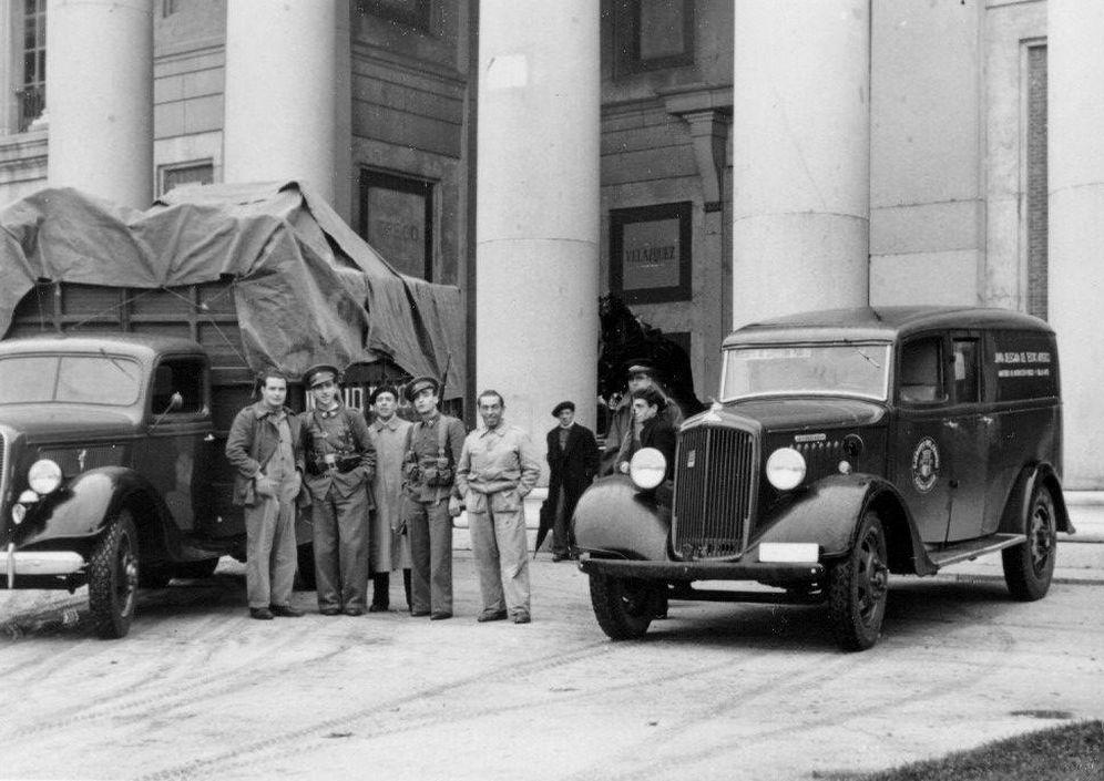 Foto: Grupo posa en el Museo del Prado, junto a los camiones del traslado con piezas procedentes de la armería de Palacio Real, en noviembre de 1937. (MECD)