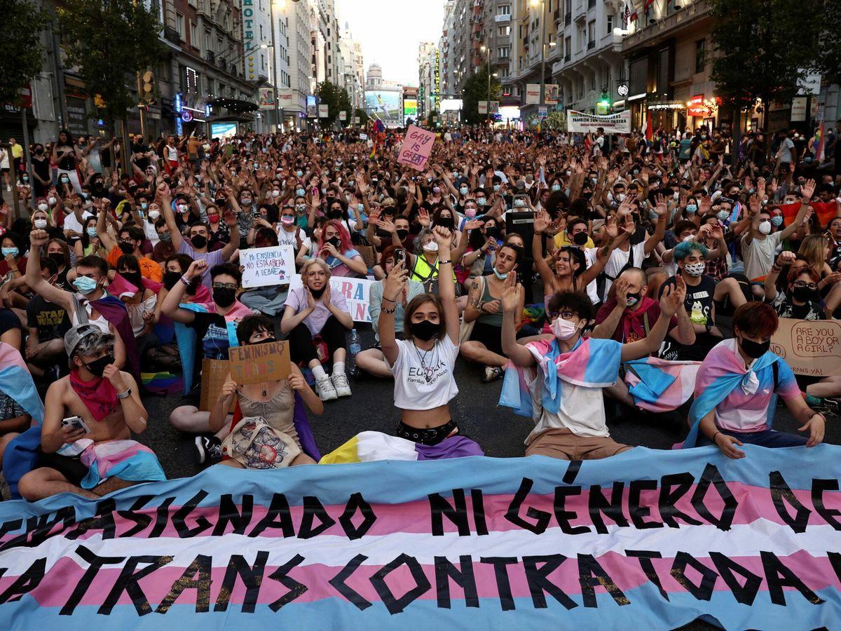 Foto:  Centenares de personas participan en la manifestación convocada por Orgullo Crítico Madrid, alternativa a la marcha estatal del Orgullo 2021. (EFE)