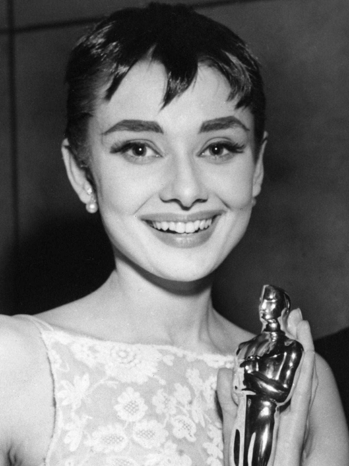 Audrey Hepbrun, recogiendo su Oscar por 'Vacaciones en Roma' en 1954. (Cordon Press)