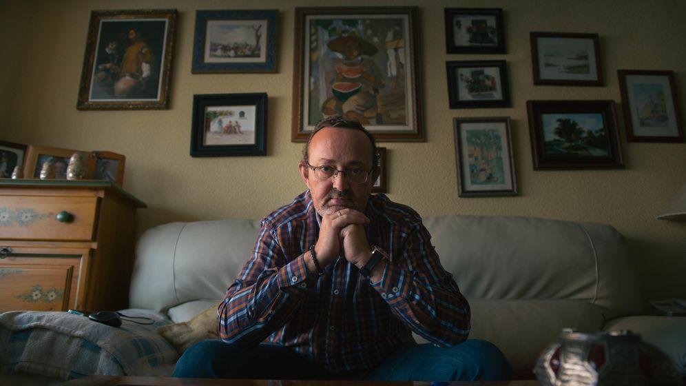 Foto: José María Asensio, enfermo del corazón, en el salón de su casa. (Foto: Pablo López Learte)