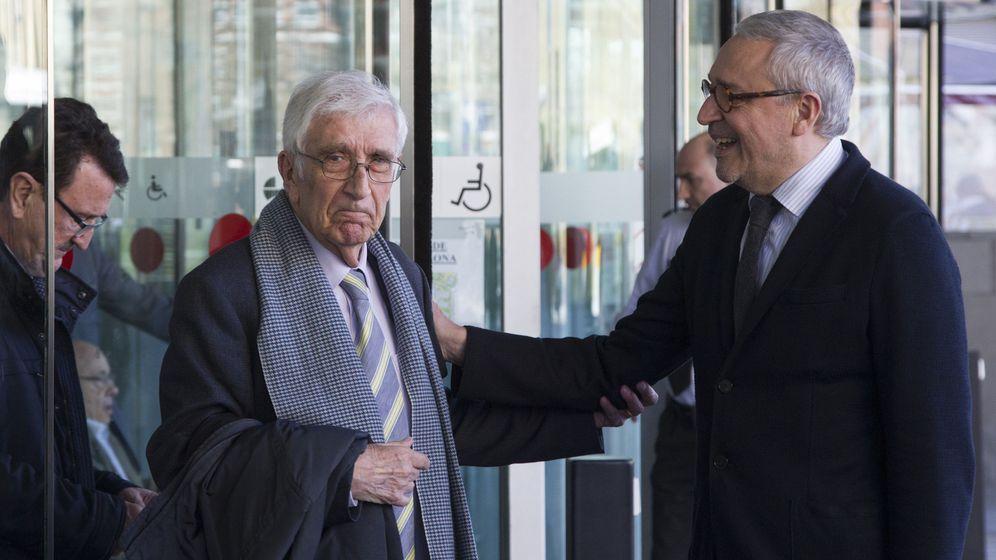Foto: El extesorero de CDC Daniel Osàcar (i) se despide de su abogado. (EFE)