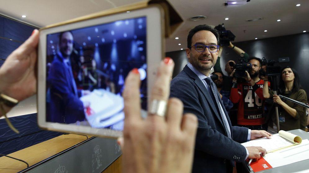 Foto: Antonio Hernando, en rueda de prensa en el Congreso tras la reunión a tres, este 7 de abril. (EFE)