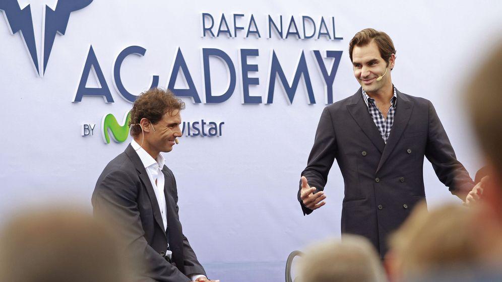 Foto: Rafa Nadal, junto a Roger Federer, durante la inauguración de la Academia del primero (EFE)