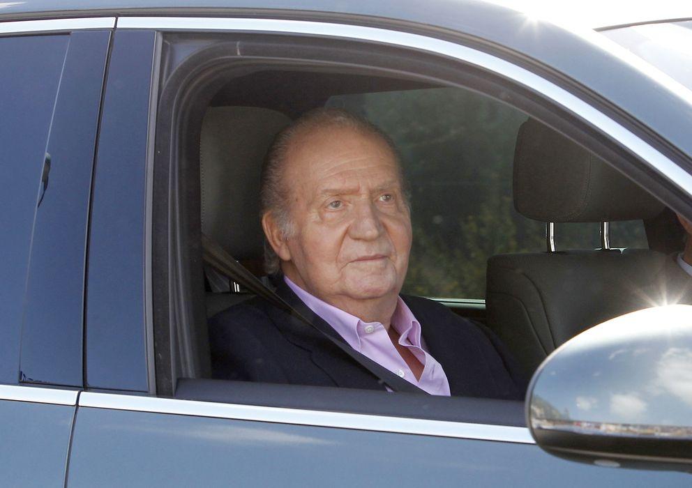 Foto: El rey don Juan Carlos abandonando la clínica Quirón tras su operación de cadera (I.C.)