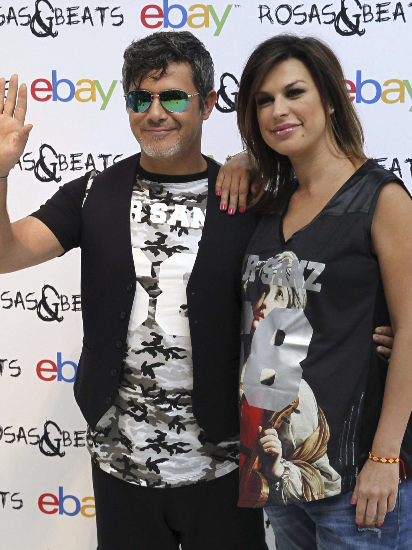 Alejandro Sanz y Raquel Perera, presentando una colección de camisetas. (EFE)