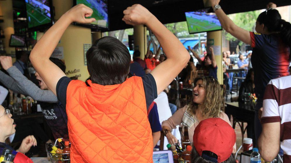 Foto: Los bares se convierten en puntos de encuentro durante los partidos de fútbol. (EFE)