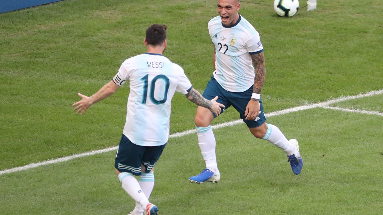 Messi y Lautaro en un partido con la Selección de Argentina. (Efe)